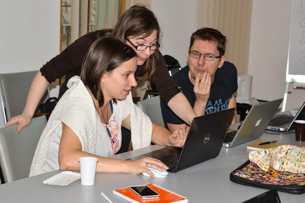 Crina segít az SQL kódokat megírni